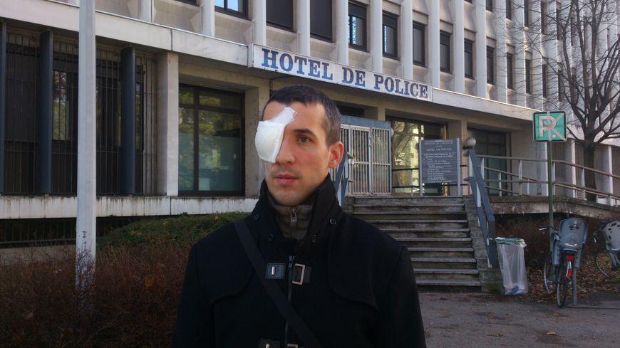 Quentin à la sortie de l'Hôtel de Police de Grenoble après deux heures et demie d'audition par l'IGPN