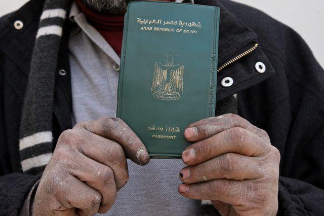 Un égyptien montre son passeport pour voter au érférendum