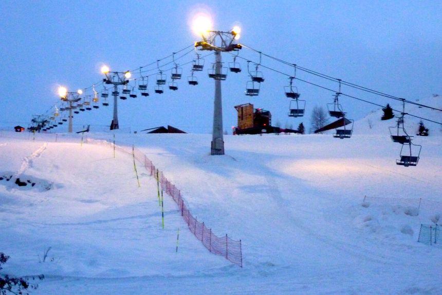 La piste de l'éclose éclairée la nuit à l'Alpe d'Huez, janvier 2014.
