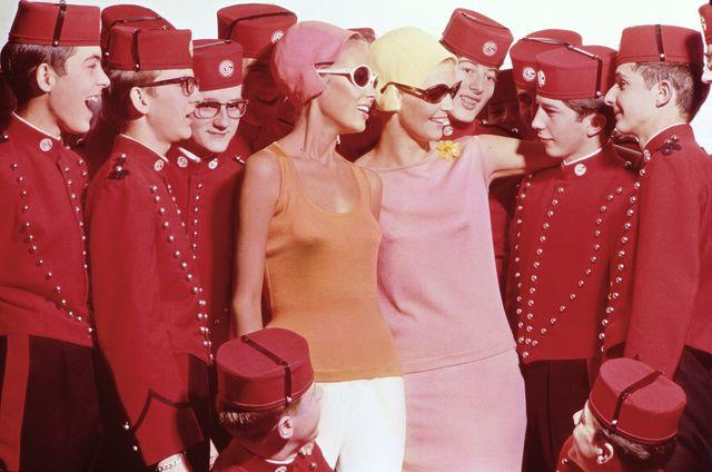 mannequins de la Maison Rodier présentant la nouvelle collection au milieu de mousses de sonnerie (grooms) du paquebot France