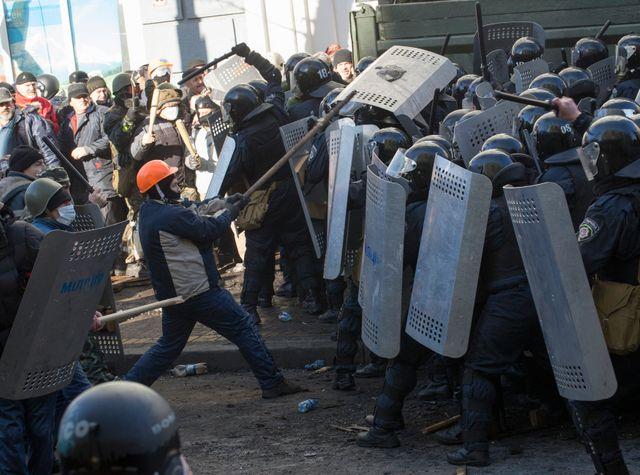 Affrontements entre manifestants et policiers près du Parlement à Kiev, le 18 février 2014