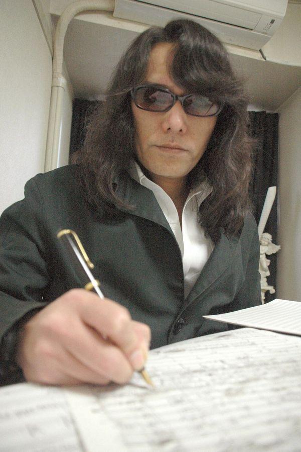 "Le faux-compositeur Mamoru Samuragochi au ""travail"". (© MaxPPP)"