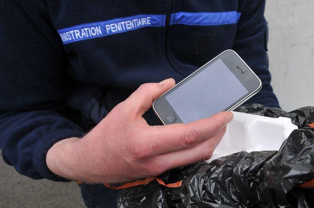 Prison de Sequedin, jet de telephone portable par dessus les murs de la prison.