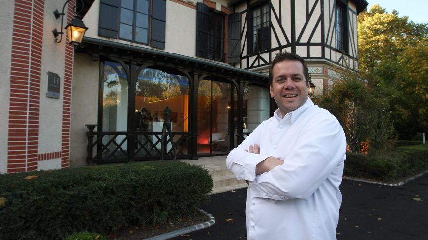 """Arnaud Lallement, le chef rémois, devant son restaurant """"l'Assiette Champenoise"""" à Tinqueux"""