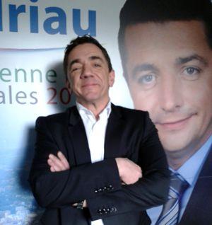 Olivier Barbé, directeur de communication, devant l'affiche du candidat Gaël Perdriau