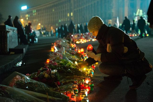 Sur le Maïdan, à Kiev on se recueille nuit et jour