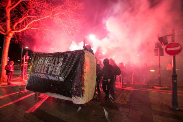 Des centaines de manifestants contre un meeting du FN