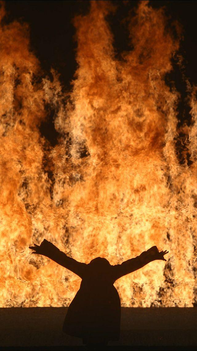 Bill Viola, Fire Woman, 2005, projection vidéo couleurs haute définition, quatre enceintes, 11 minutes 12 secondes