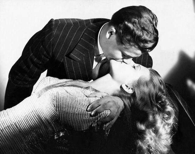 "Glenn Ford embraçant Rita Hayworth dnas un scène de ""Gilda"""