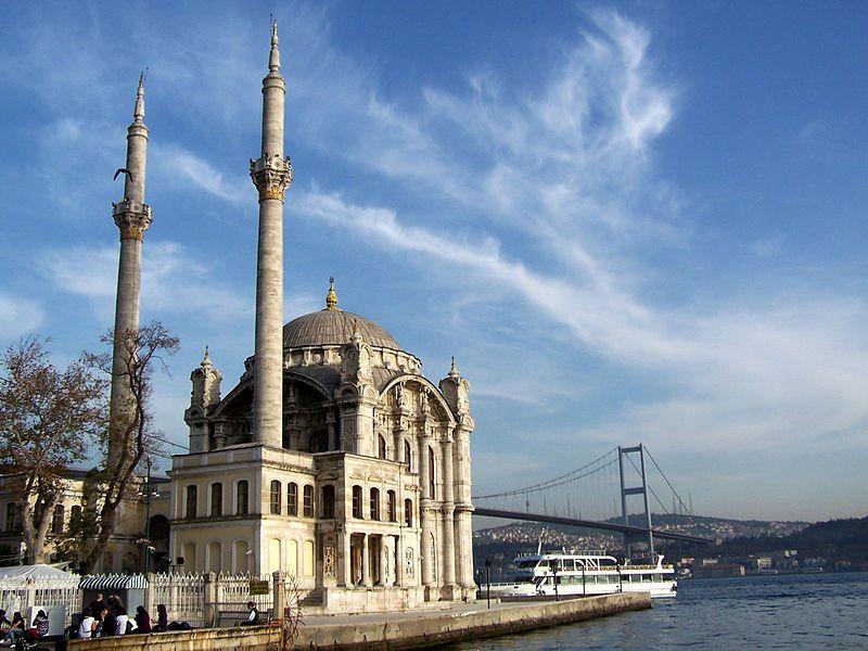Turquie, la Mosquée Ortaköy, sur le Bosphore, à Istanbul