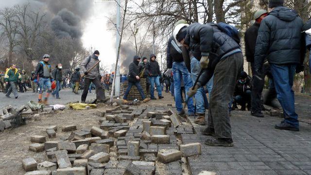 Les manifestants rassemblent des pavés pour reconstruire leurs barricades (2)