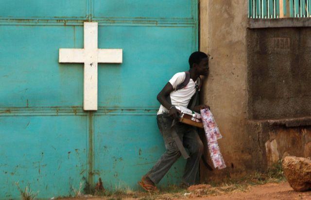 un vendeur des rues devant une église de Bangui