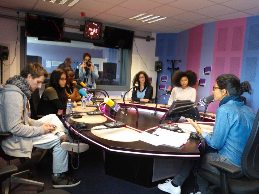 Louise Tourret accueille dans le studio de FC Jérémie Fontanieu et ses élèves