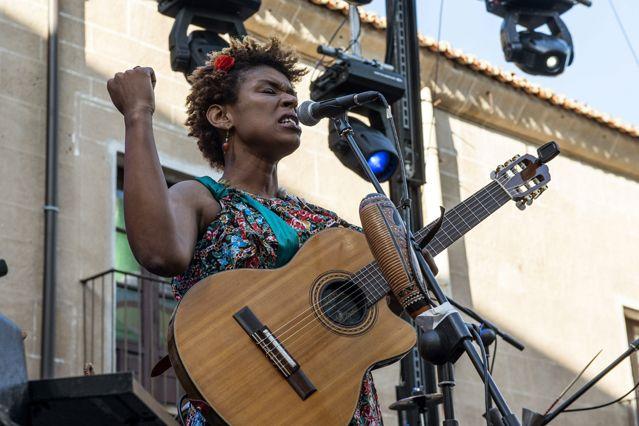La chanteuse capverdienne Carmen Souza au Festival WOMAD à Caceres, en Espagne