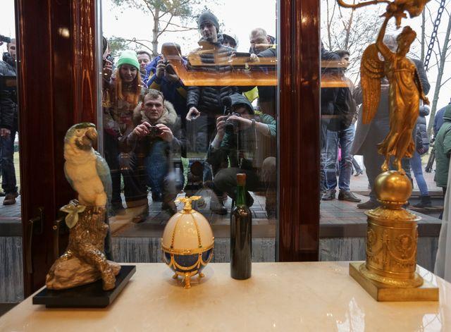 les habitants de Kiev observent stupéfaits le luxe de la résidence de Vicktor Ianoukovich