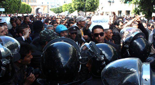Manifestation devant le siège de l'Union tunisienne générale du travail (UGTT) à Tunis le 7 avril 2012