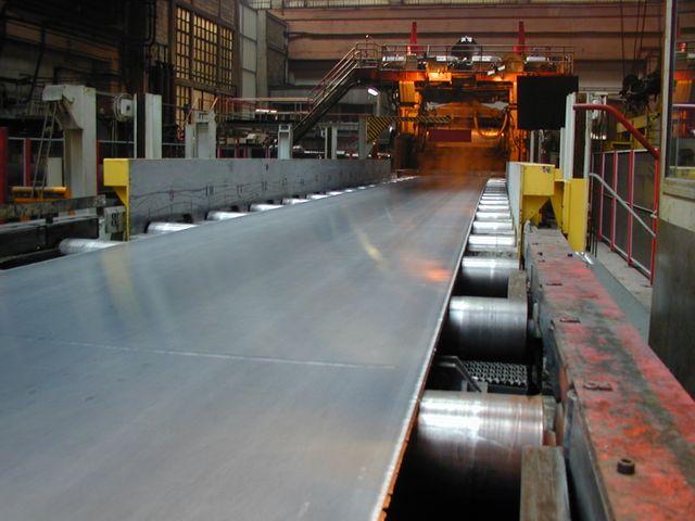 Laminage d'une tôle d'aluminium dans l'usine Constellium à Issoire
