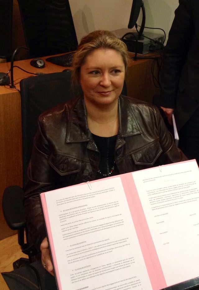 Carole Couvert montre le parapheur du Pacte de responsabilité