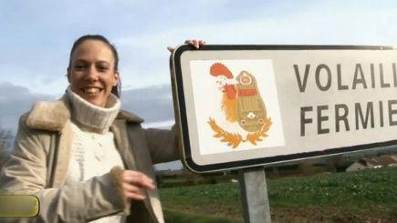 L'actrice pose devant un panneau qui vante les mérites des volailles de Loué
