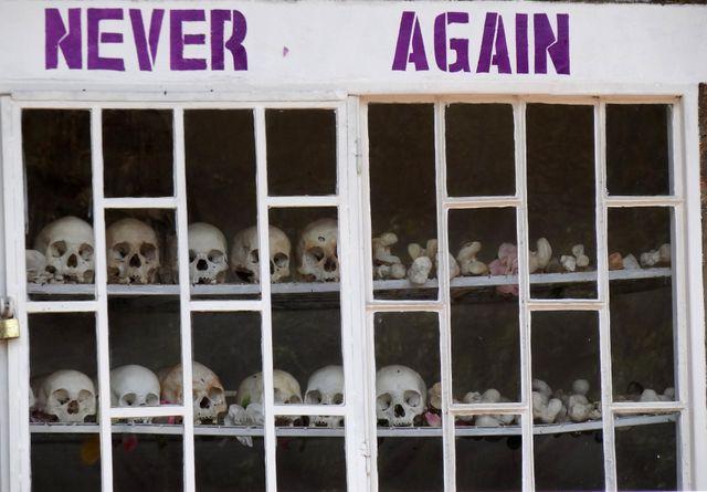 Cour de l'église du souvenir du génocide de Karongi-Kibuye au Rwanda en 2012