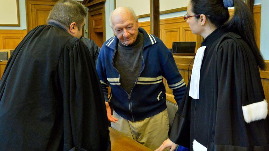 Marcel Guillot avec ses avocats pendant son procès à Reims