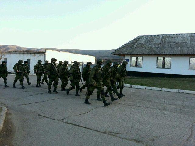 La relève des soldats russes devant base militaire de Perevalne