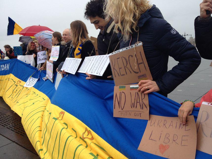 Manifestation d'Ukrainiens de Bordeaux au miroir d'eau