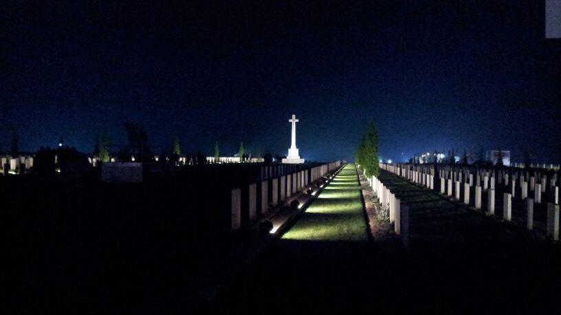 Les tombes du Mémorial australien de Villers-Bretonneux lors de la cérémonie de l'aube pour l'Anzac Day le 25 avril 2014