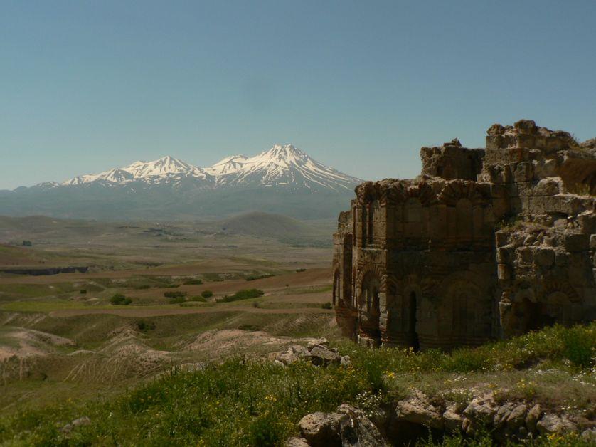 Paysage de Cappadoce, Çanli Kilise au pied d'un volcan