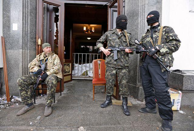 Militants pro-russes devant l'entrée du siège du gouvernement régional à Louhansk