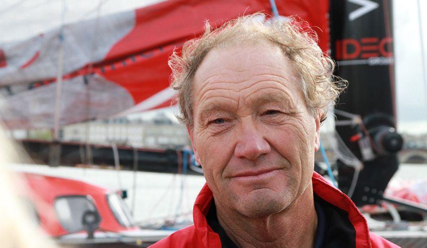 Francis Joyon sur le ponton d'honneur de Bordeaux.