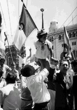 Population en liesse après la proclamation officielle de l'indépendance le 5 juillet 1962