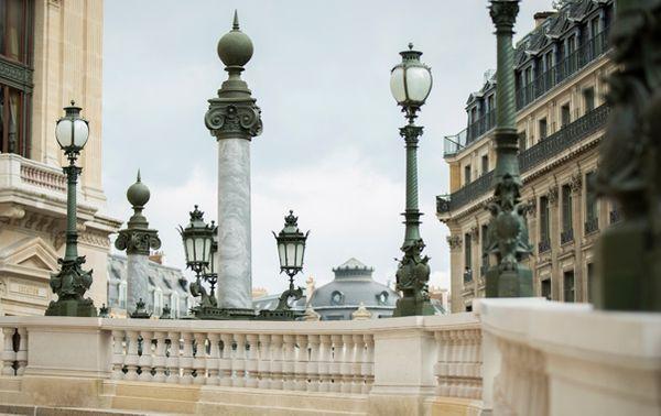 Une colonne impériale et plusieurs lampadaires de la ceinture de lumière du Palais Garnier. (© Elisa Haberer/Opéra de Paris)