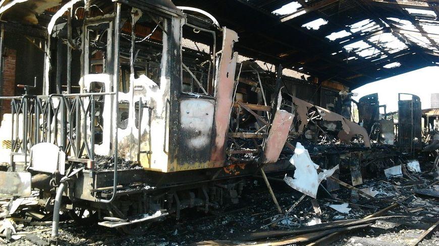 Cinq wagons du Mastrou détruits dans un incendie ce mardi soir à Tournon