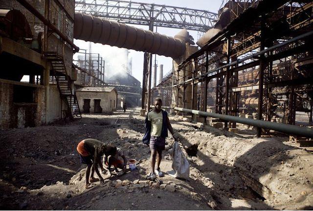 RDC : des enfants cherchent des résidus de cuivre sur le site de Lubumbashi