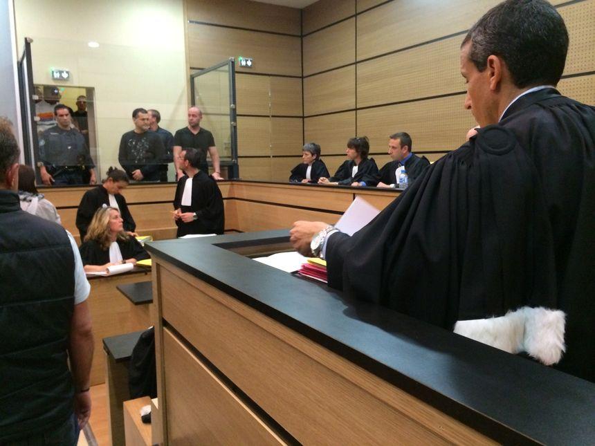 Le box des prévenus, au procès des arracheurs de DAB