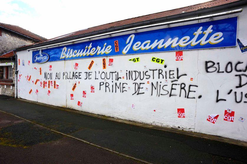 Le 26 février 2014, les ex salariés de la Biscuiterie Jeannette bloquent les locaux avant la vente aux enchères du matériel
