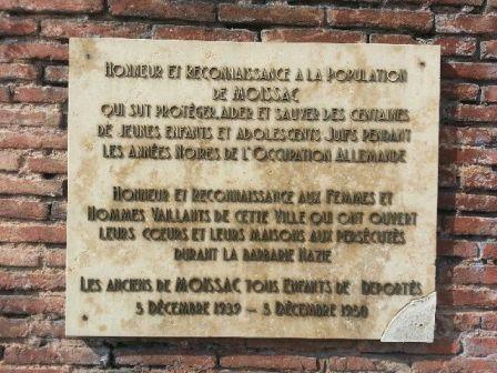 Plaque commémorative sur la place Bouli et Shatta Simon