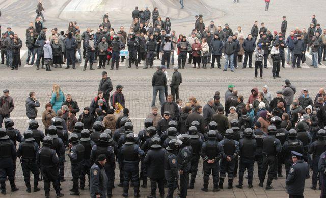 Un cordon de forces de sécurité face à un groupe de manifestants pro-russes devant l'immeuble de l'administration régionale à Kh