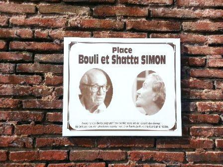 Médaillons commémoratifs sur la place Bouli et Shatta Simon