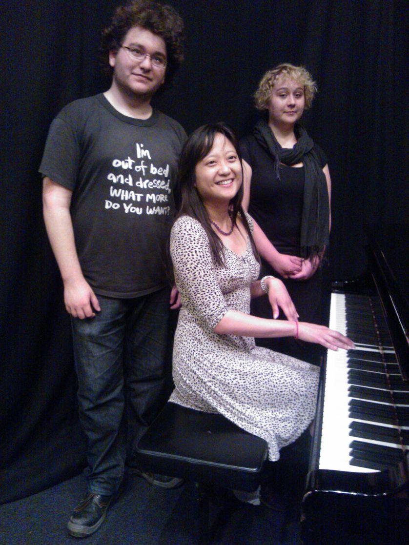 Aurélia Aurita (au piano), entourée de Noam et Jeanne (2 élèves du LAP)