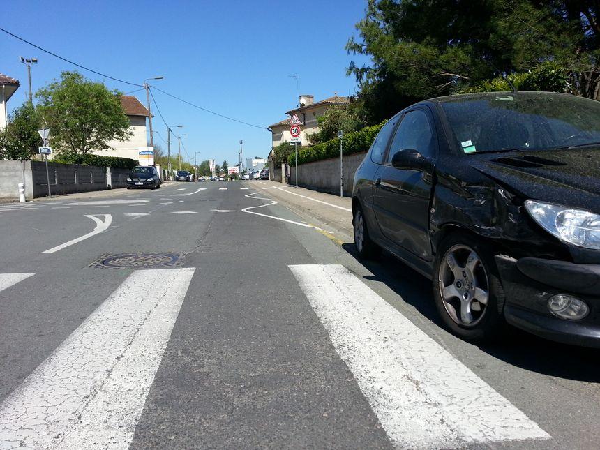 Tout est parti d'une rixe après un accident entre deux voitures. L'une des deux est toujours à l'endroit de la collision.