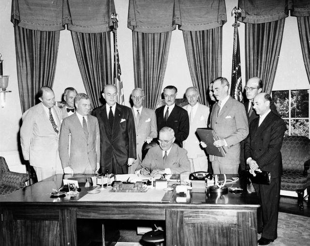 Le président des Etats-Unis Harry Truman signant les accords de l'Organisation du traité de l'Atlantique Nord le 4 avril 1949