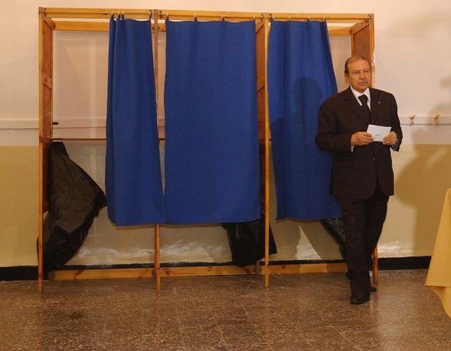 Le president Bouteflika vote pour la charte de reconcilation nationale en Algerie - 2005