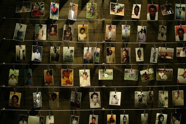 Photos de rwandais tués pendant le génocide, exposées au mémorial de Gisozi Rwanda