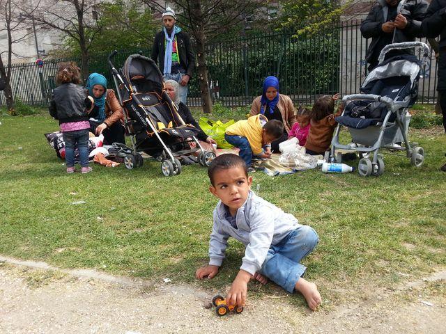 152 réfugiés syriens se rassemblent tous les jours dans le square Édouard Vaillant de Saint Ouen en attendant de trouver un toit