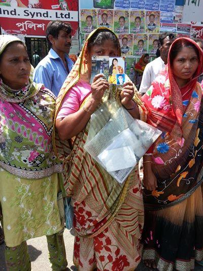 Au Bangladesh, les familles de victimes du Rana Plaza manifestent toujours un an après