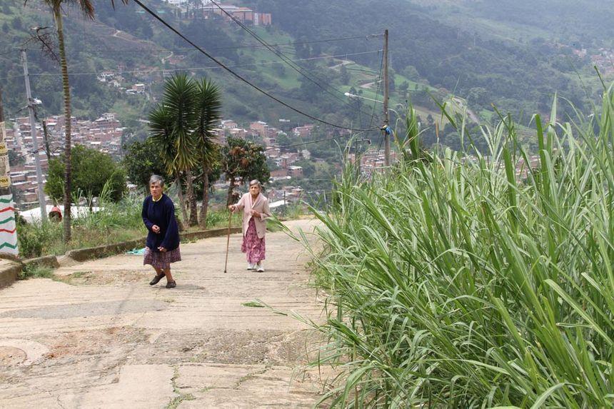 En attendant l'arrivée du téléphérique, les habitants doivent descendre à pied des pentes raides