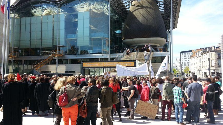 Près de 300 robes noires manifestaient devant le TGI de Bordeaux