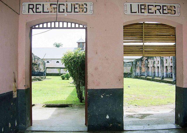 Porte des libérés et porte de relégués au bagne de saint-Laurent-du-Maroni en Guyane